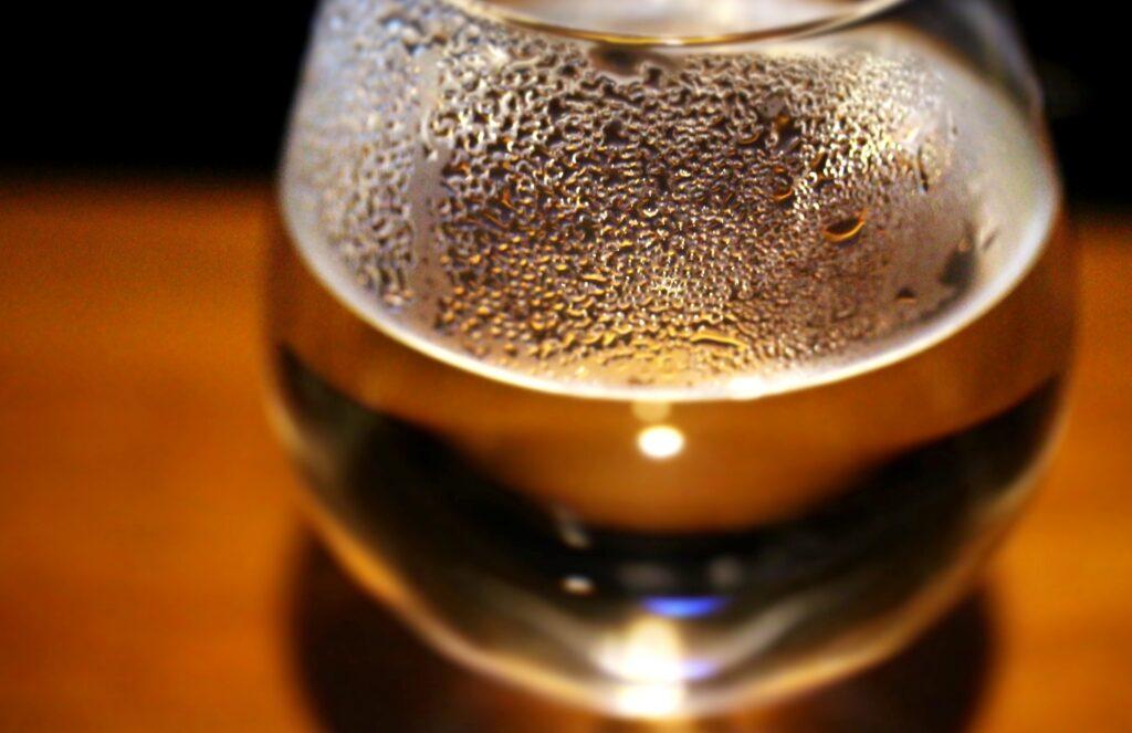 お湯が注がれたガラスのコップ