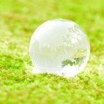 緑の上に置かれたガラスの地球儀