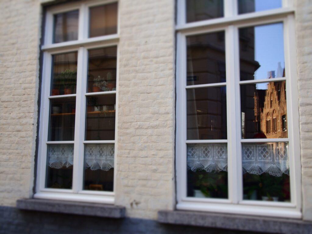 白い枠付きの窓