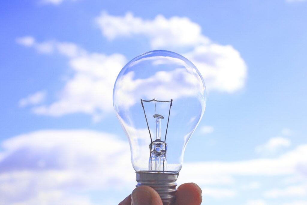 空とクリアガラスの電球