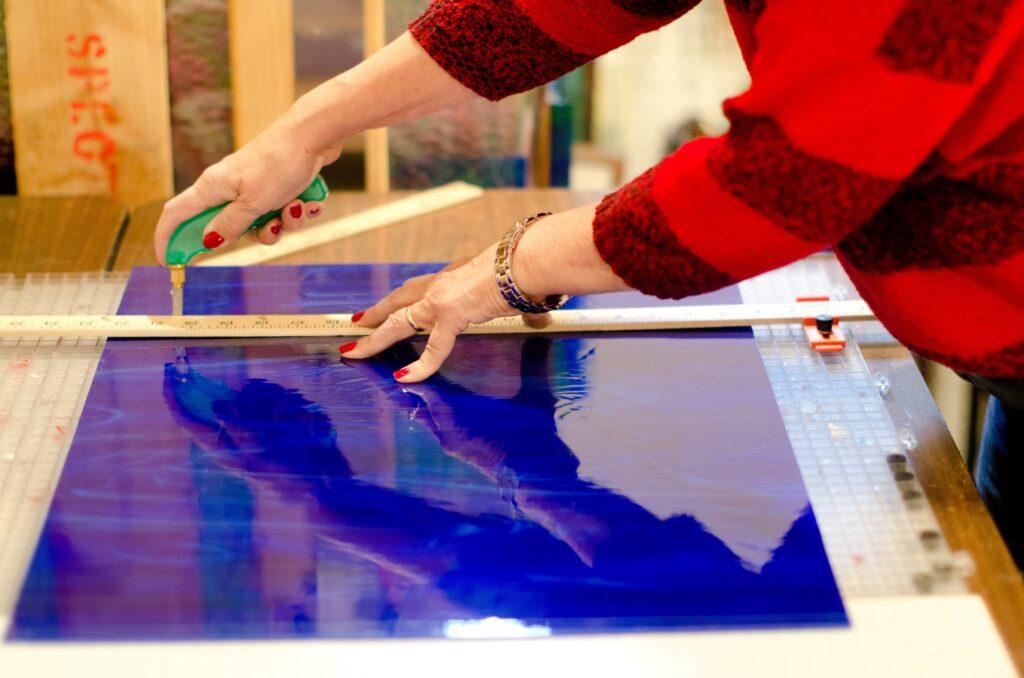 ガラスを切る作業の様子